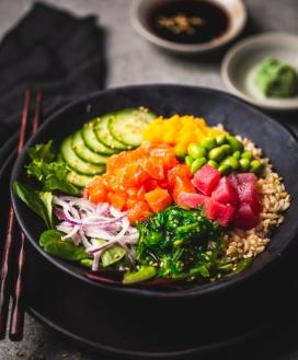 新鲜的日式生鱼片料理午餐