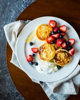 美味的草莓蓝莓烙饼