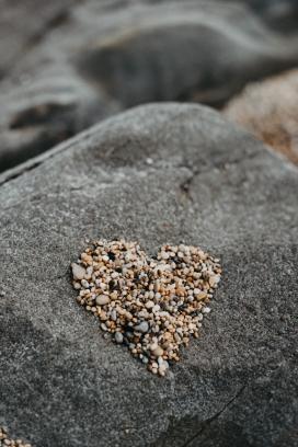 小鹅卵石堆积成的爱心