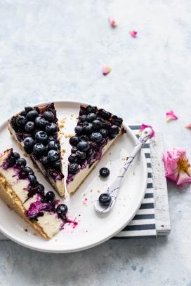 切片的蓝莓蛋糕