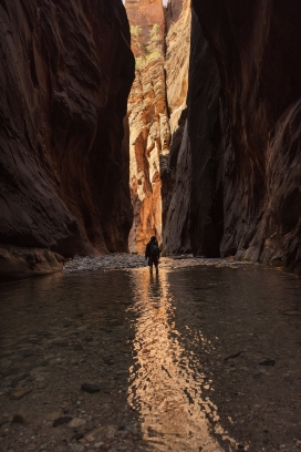 峭壁谷暗河中的行人