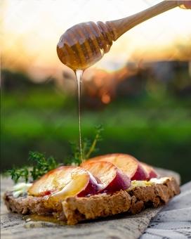 给烤饼浇灌蜂蜜汁