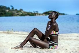 沙滩上享受阳光浴的黑人女子