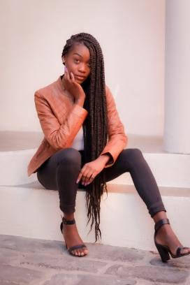 坐在台阶上的长辫子非洲姑娘