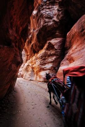 穿越丹霞洞穴的马帮