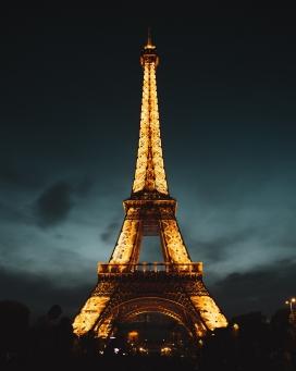 金碧辉煌的埃菲尔铁塔夜景