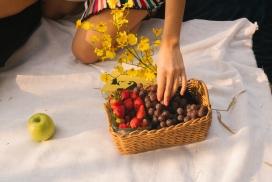 户外葡萄草莓水果篮