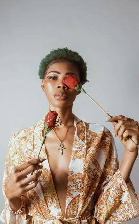 手拿玫瑰花的非洲短发女子