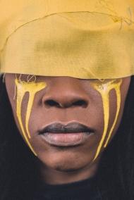 黄颜料的非洲姑娘