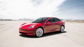 沙漠驰骋的红色特斯拉model 3电动汽车