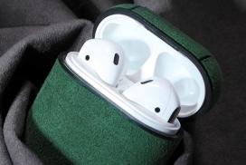 为您Airpods增添午夜绿色魔力的麂皮皮套
