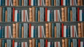 排列整齐的五彩书架