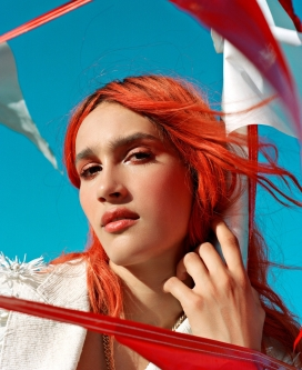 浪漫的户外红发女子