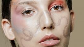 https://www.2008php.com/脸部涂满弯曲线条的美妆女郎