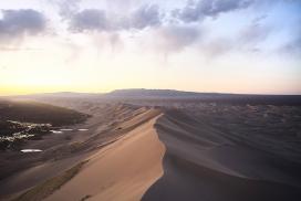 Gobi desert-蒙古戈壁沙漠的骆驼人