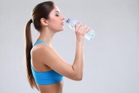 喝水的运动健身女郎
