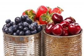 铁桶中的蓝莓车厘子与草莓
