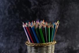 精编笔筒中的五彩铅笔