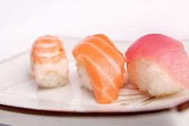 新鲜的红姜三文鱼寿司