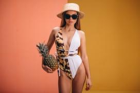 手捧菠萝的比基尼眼镜帽子女郎