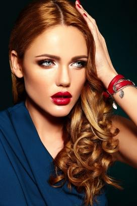 感性魅力美丽的金卷发女人肖像