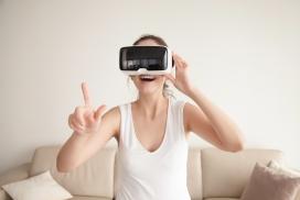 着迷的VR眼镜女人