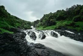 清晰的溪流瀑布