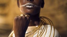 戴满黄金首饰的非洲部落女郎