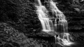 壮观的瀑布黑白图