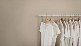 挂满白色夏装的架子