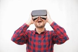头戴VR眼镜的男子