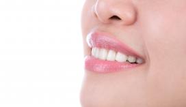 微张嘴露齿的女性图