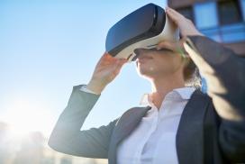 戴VR眼镜体验的女子
