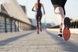 桥上奔跑的马拉松运动员