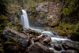 大山里的瀑布溪流
