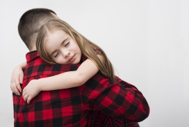 抱着漂亮小棉袄的父亲