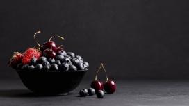 满满的一碗蓝莓草莓车厘子水果