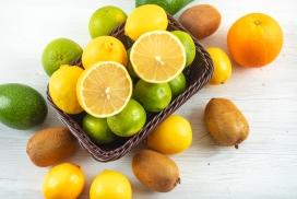 新鲜的桔子柠檬猕猴桃水果