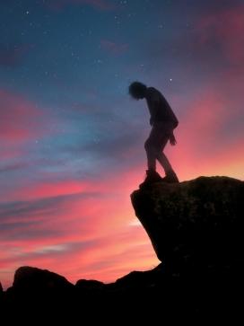 悬崖上的剪影人