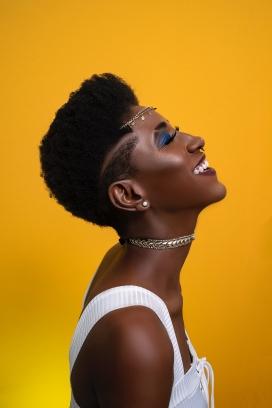 戴满首饰的短发非洲女子