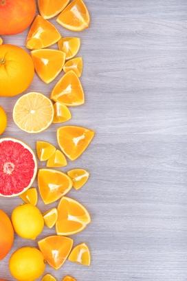 无规则排序的脐橙与水果片