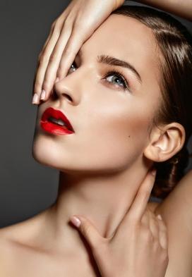 时尚脸部造型的美妆护肤品女子