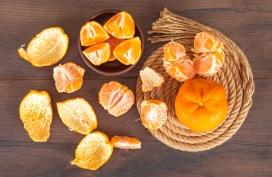 剥好的芦柑桔子与橘子皮