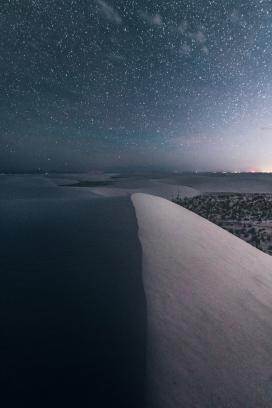 美丽星空下的沙丘小山