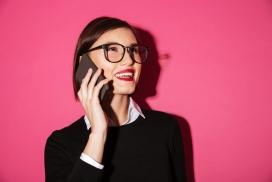 戴眼镜开心打电话的女子