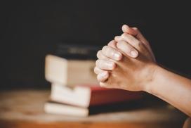 双手紧握祈祷的图