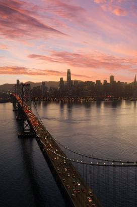 傍晚下的城市江景桥