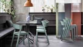 具有坚实橡木底座和带贴面座椅腿以及弯曲靠背,可围绕其后腿折叠的椅子