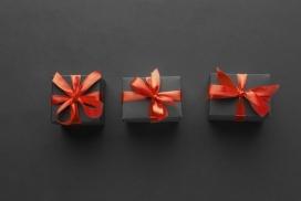 红色蝴蝶结的黑色礼物