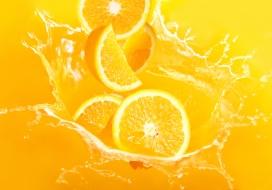 掉入橙汁中的脐橙水果片